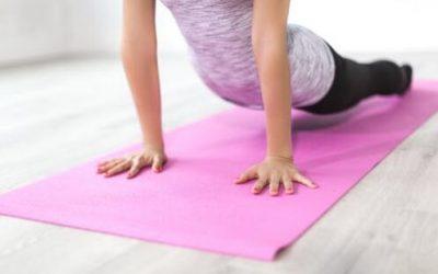 Kvinde træner hjemme   hjemme træning